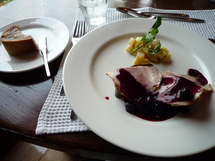 大津市伊香立の山奥にあるブルーベリー畑に囲まれた話題のフレンチカフェ。ブルーベリーを使ったお料理もあり、お土産にジャムも買えます。
