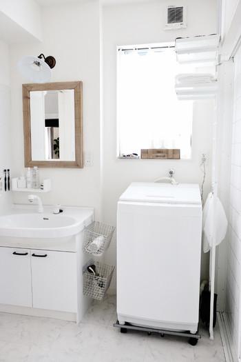 狭い空間なのに置きたい物がたくさんある洗面所。タオル・洗剤・衛生用品をはじめ、ランドリー用品や場所をとるバケツなどなど、できれば家族の着替えも置けるのが理想…と悩みは尽きません。 収納場所がとにかく必要な場所ではないでしょうか。