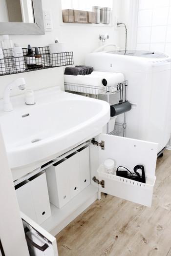 作り付けの洗面台下に付いた収納や鏡裏、洗面台と洗濯機の間の隙間スペースを上手に利用しながら、使い勝手の良い収納を目指していきましょう。