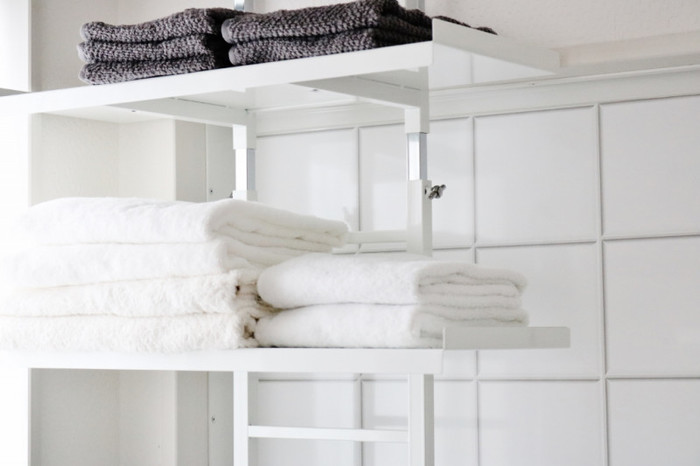 棚位置を自由に変えられ、はしご状になっているので吊るす収納もできて収納力も期待できそうですね。 突っ張りタイプなら安定感もあって、賃貸でも安心して使えます。