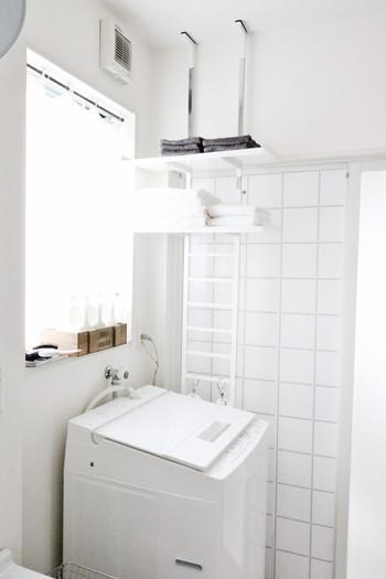 洗濯機周りの無駄なスペースを有効に活用できるランドリーラックですが、窓を塞いでしまうと採光や風通しが悪くなる問題も。 スリムな突っ張りタイプのラックなら圧迫感なく、洗濯機の後ろに横にと好きな位置に設置できます。