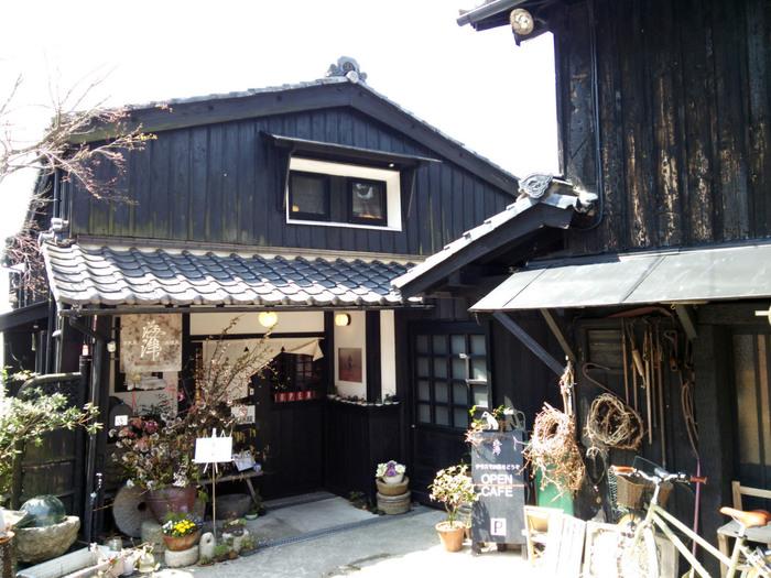 桜の名所海津大崎や、メタセコイア並木道を訪れる際にはこちらの「古道具海津」がおすすめ。テラスからの絶景が話題のスポットです。