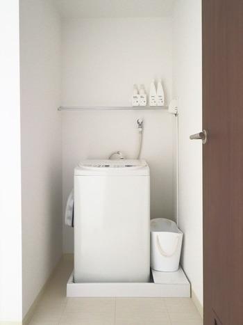 洗濯機下の防水パンの無駄なスペースには、棚を1枚置くだけでりっぱな収納スペースに。埃よけにもなります◎ ランドリーバスケットやバケツ、ゴミ箱など床に置きっぱなしにしたくないアイテムの収納場所に最適です。