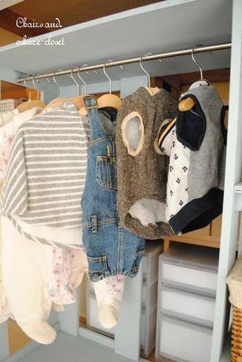 すぐ手に取ることができるように、クローゼットの中には服をかけて整理しておきましょう。あまり着ない服は畳んでまとめて置いておくと、子供が選びやすいですよね。