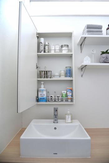 鏡裏に収納棚が付いているお家は多いのではないでしょうか。 歯ブラシなど衛生用品や化粧品を収納するのにちょうど良いサイズ。棚位置が変えられるタイプなら置く物に合った細やかな収納が可能ですね。 ですが、ただ入れるだけじゃない収納方法もあるんですよ。
