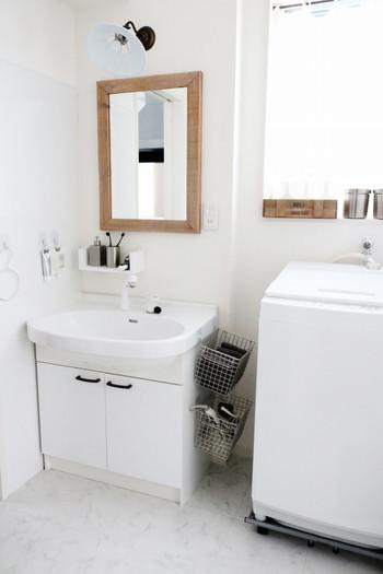 洗面台と洗濯機の間には微妙な空きスペースがあることが多いもの。 水の飛び跳ねが気になる場所でもありますが、できれば収納スペースとして活かしたいですよね。 濡れてもさっと掃除しやすいよう「吊るす」「浮かせる」収納がベスト。