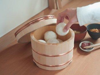 ごはんはおひつに入れておくとおいしくなるんだそうです。冷めてもおいしくいただける岡田製樽のおひつ。木が余分な水分を吸い取ってくれたり、冷めたごはんを保湿してくれるので、あたたかくても冷めてもおいしいごはんになるんです。