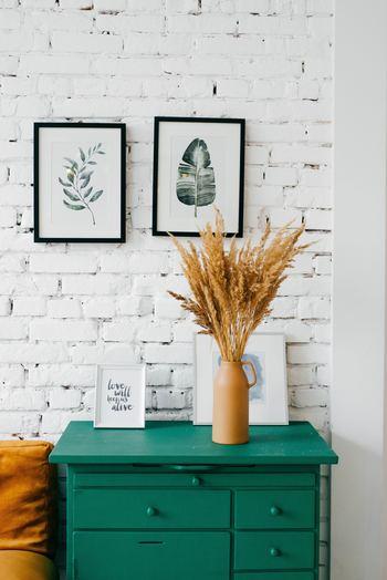 """独特の黄金色が美しい「麦の穂」も、お部屋に""""秋らしさ""""をプラスしてくれる植物です。こちらのようにお部屋の一角に飾るだけで、季節感あふれる素敵な空間に。花瓶やアートフレームなど、ほかのアイテムとの組み合わせ次第で、様々な雰囲気を演出できそうですね。"""