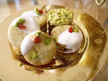 さっくり食感のクッキーに、ピスタチオのザクザクとした食感とコクのある風味が味わえるクッキーです。ホワイトチョコレートがかかって、見た目も可愛らしく食べ応えも◎。