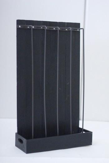 隙間なく組み合わせたすのこにアイアンバーを均等な間隔になるよう取り付け、それを木箱に入れ固定します。お好みで色を塗ってくださいね。
