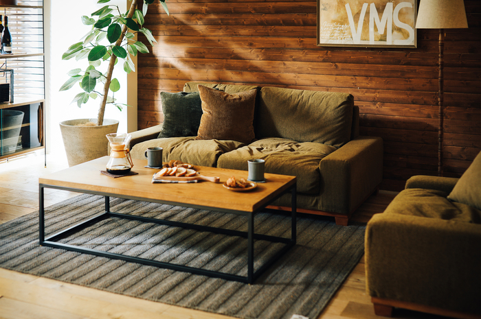 """ソファやテーブルなど、温かみのある「ブラウン」を基調としたおしゃれなインテリアコーディネートです。それだけでも""""秋らしさ""""を感じる素敵な空間ですが、こちらのように「オリーブ」や「キャメル」など深みのある色のクッションをポイントにすると、より洗練されたおしゃれな空間に。クッションに使われているコーデュロイの素材感も、お部屋に優しい温もりをプラスしてくれます。"""
