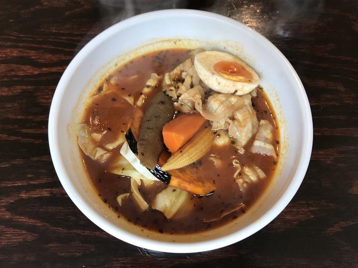 こちらは「赤スープ・豚しゃぶ」。豚しゃぶや豚トロなど豚肉もスープカレーによく合います。