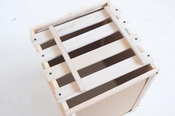 フォトフレーム4枚を縦置きにしてくっつけ、四角形を作ったら、そこに蓋をする形ですのこを留めます。