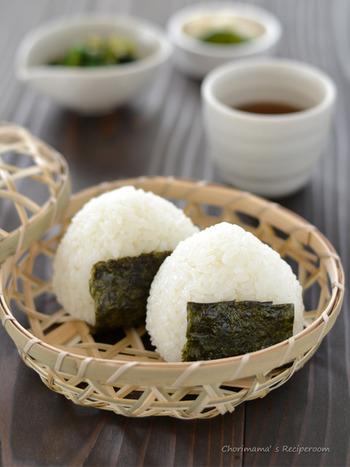 新米はやわらかいので、水加減をやや少なめに炊くといいとされています。また、ぬかがはがれやすいので、お米を研ぐときには優しく洗うように研ぐとよいでしょう。