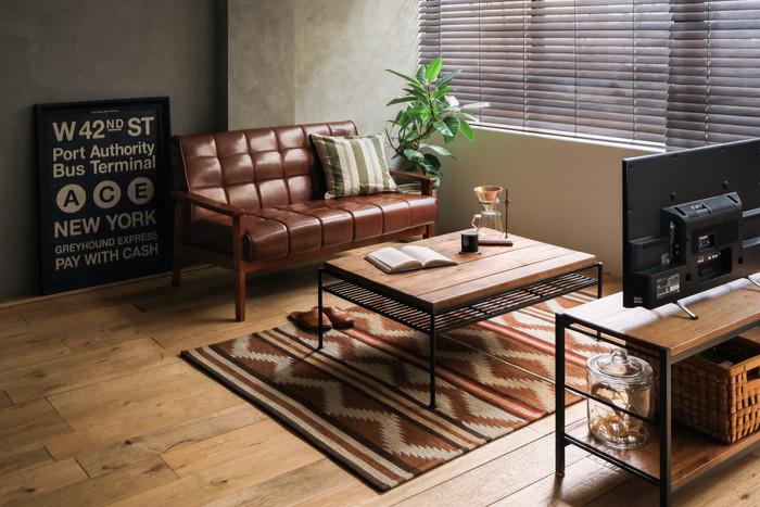 """インテリアの中でも面積の広い「ラグ」は、1枚でお部屋の印象を大きく変えることができるアイテムです。こちらのようにブラウンを基調としたお部屋に同系色のラグをプラスすると、一気に温かみのある""""秋らしい""""空間に。素朴でおしゃれなネイティブ柄は、ヴィンテージテイストのお部屋にぜひおすすめです。"""