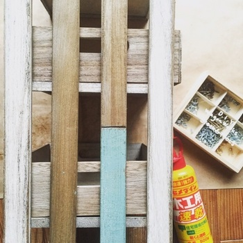 すのことその接合部の木材などを留める際、または装飾を飾る際には、接着して固定する作業が必要となります。ポイントとしては大きく分けて2つあるので、どんなときにどんな方法が適しているのかをご紹介します。