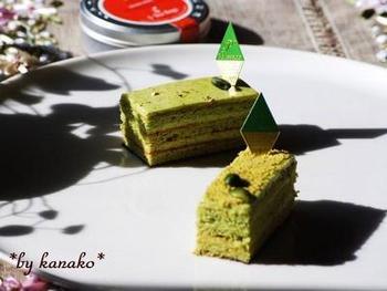 ピスタチオが存分に味わえる、コクとうま味が広がるピスタチオケーキ。生地にもクリームにもたっぷりとピスタチオが使われているので、見た目にもきれいなグリーンが印象的なケーキです。