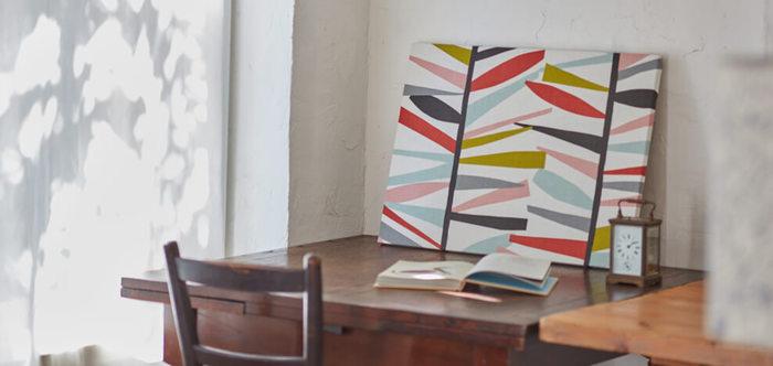 カラーやデザインによって様々な雰囲気を演出できる「ファブリックパネル」も、おしゃれなお部屋づくりに欠かせないアイテムのひとつ。家具の移動や大掛かりな模様替えをしなくても、壁に飾るだけで印象を大きく変えることができます。こちらのファブリックパネルは、秋らしい色使いとモダンな柄が素敵ですね。大胆なデザインでもファブリックパネルなら、お部屋に気軽に取り入れられそうです◎。