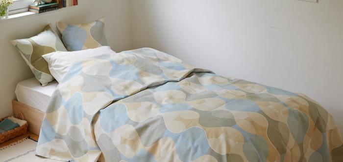 ベージュやグレーなど優しい雰囲気のアースカラーも、秋のインテリアにぴったりのカラーです。ベッドをすっぽりと覆う「ベッドカバー」なら、面積が広いため、お部屋全体の印象を大きく変えることができますよ◎。クッションも同柄で揃えると、より統一感のあるインテリアを楽しめそうです。