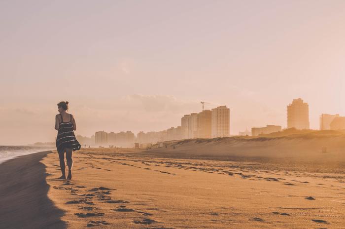 心と身体は繋がっているので、身体を動かすことで気持ちが明るくなることを経験した、という方も多いのではないでしょうか。スポーツはもちろん、お掃除やお散歩だって立派な運動のひとつ。おかげで部屋が綺麗になったり、散歩がてら外に出て新しい道やお店を見つけることでも、気持ちをリフレッシュできるでしょう。一人暮らしさんはのんびり過ごしたい休日であっても1日1回お外に出ることを心がけてみて。誰とも話をしなくても、外の空気を吸うだけで今ここに生きていて、世界とつながっている感覚を実感できます。