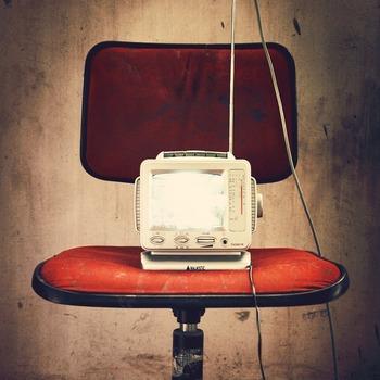 なんだか時間を持て余してしまうそんな夏の終わりには、いつもとちょっと過ごし方を変えてみるのはいかがでしょう? おすすめは、ラジオとともに過ごすひととき。テレビやネットなどさまざまなエンターテイメントがあふれているこの時代だからこそ、のんびりと聞き流すラジオのアナログな空気感になんだか癒されるという声も少なくないんです。