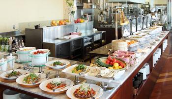 サラダやたこ焼き、カレーにラーメンまでバラエティに富んだメニューをビュッフェ形式でいただけます。