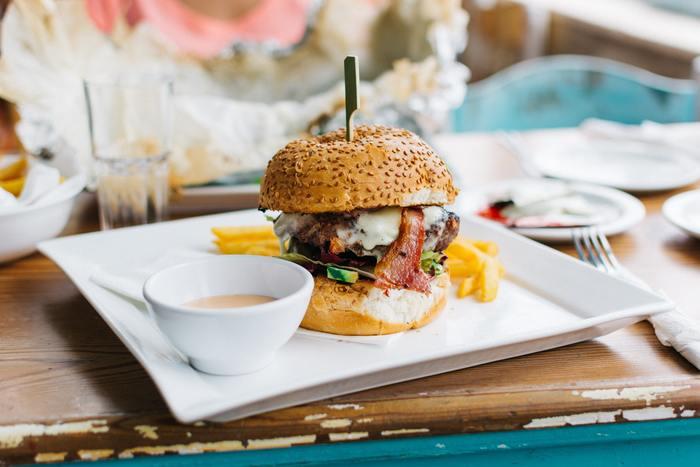 ジャンクフードと言われても、時どき無性に食べたくなるファストフードのハンバーガーやサイドメニュー。お腹いっぱい食べたいけれど、カロリーや栄養も気になる…。それならば、おうちで工夫して手作りしてみてはいかがでしょうか?ヘルシー素材を使った罪悪感の少ないファストフード風レシピを集めてみました♪