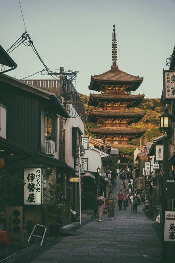 古き良き街並みが残る京都には、骨董店が多くあります。昔から受け継がれてきた伝統のある骨董品を、京都で見つけてみませんか?