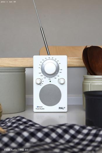 良質な音と受信感度のよさ、そしてコンパクトかつスタイリッシュなデザインで人気の【Tivoli(チボリ)】オーディオシリーズ。さまざまなモデルがあり、お部屋や用途に合わせてお好きなタイプを選ぶことができます。こちらは爽やかなホワイトカラーのポータブルラジオ【PAL BT】。他にもビビットカラーの可愛いバリエーションがありますよ♪