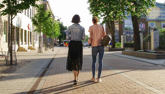 激しい運動は必要ありませんが、適度に体を動かすのもポイントです。特に車通勤など普段あまり歩かない環境の場合は、エスカレーターではなく階段を意識的に選択したり、公園や街を散歩する習慣をつけましょう。