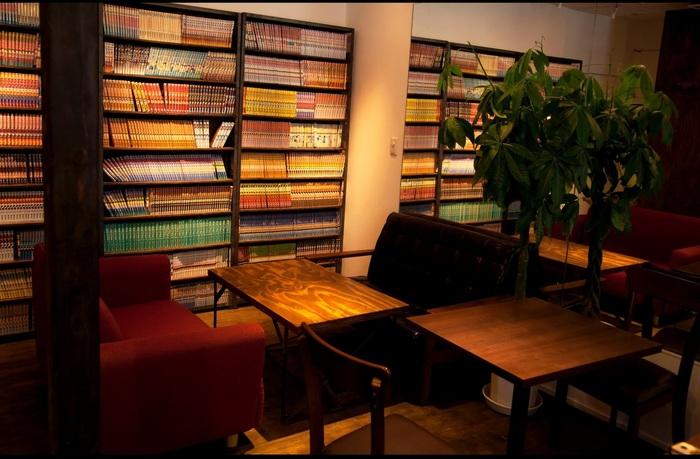 中に入ると大きな本棚がずらり。 揃えてある本は漫画、それも2000冊という圧巻の蔵書数、という珍しいブックカフェ&バーです。