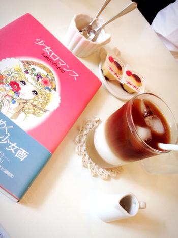 お店でのひとコマ。少女画の巨匠、高橋真琴さんの本がぴったり合いますね。 駄菓子のプチプリンも愛くるしいです。 そんなドリンクメニューを注文すると付いてくるお菓子もお楽しみのひとつ。
