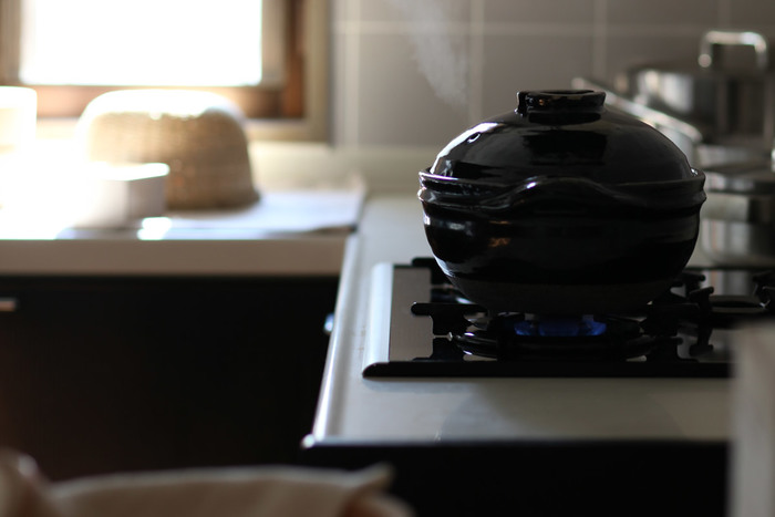 土鍋は急激に温度が変化に弱い鍋ですので、火にかける際には十分に注意をしましょう。火の加減は中火以下にするのはもちろんのこと、空焚きや濡れたままで火を通さないのがポイントです。