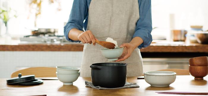 秋は新米が美味しい季節ですよね。他にもさんまや栗などの秋の味覚も増え、旬の美味しい食材が食卓に並びます。せっかくであれば土鍋を使って、食材の旨みをさらに楽しみませんか。今回は、おすすめの土鍋の種類はもちろん、長持ちさせる方法や炊き込みごはんレシピなどをご紹介します。ぜひ取り入れてみてくださいね♪