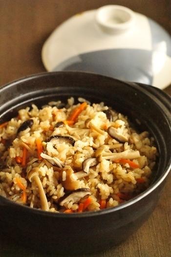 きのこと人参、昆布で作った土鍋ごはん。好きなきのこを入れて楽しむことができます。きのこは買いやすくおかずとも合わせやすいので、晩御飯にも取り入れやすいのも◎