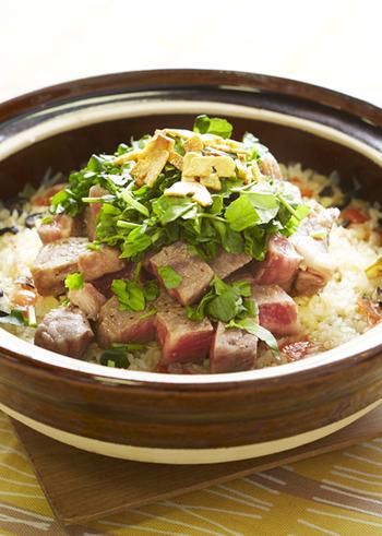 牛ステーキを贅沢に使った土鍋ごはん。土鍋で素材の旨みを逃さず調理できますので、ステーキの旨みを思う存分楽しむことができます。