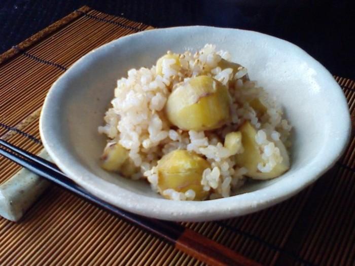 秋になると食べたくなるのが栗ごはん。今年は土鍋を取り入れて栗ごはんを作るのはどうでしょうか。せっかくならば玄米にして、身体も喜ぶ土鍋ごはんを楽しみましょう♪