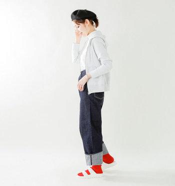 上と同じく白のサンダルに靴下を合わせているコーデですが、赤の色合いが違うと印象もだいぶ変わってみえませんか?足元のおしゃれを考えるのも、楽しみの一つになりそう!