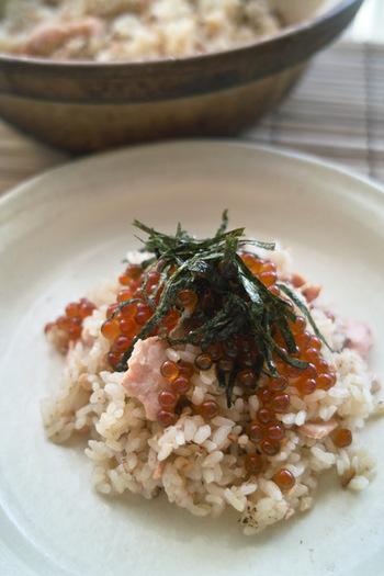 宮城の郷土料理であるはらこめしを土鍋で作ってみませんか?鮭といくらを加えれば、これだけでごちそうに。見た目も華やかですので、おもてなしにもぴったりですね。