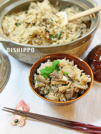 鶏肉がたっぷり入っていて、食べ応えがある土鍋ごはん。きのこや秋の食材とも相性抜群で、食欲そそる一品です。お醤油が多めなので、おこげも作りやすいですよ◎