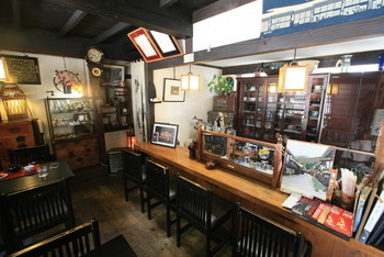 店内にも古民具がたくさん置かれていて、タンスや箱階段、柱時計、ラジオ、カメラなど、つい見入ってしまいます。