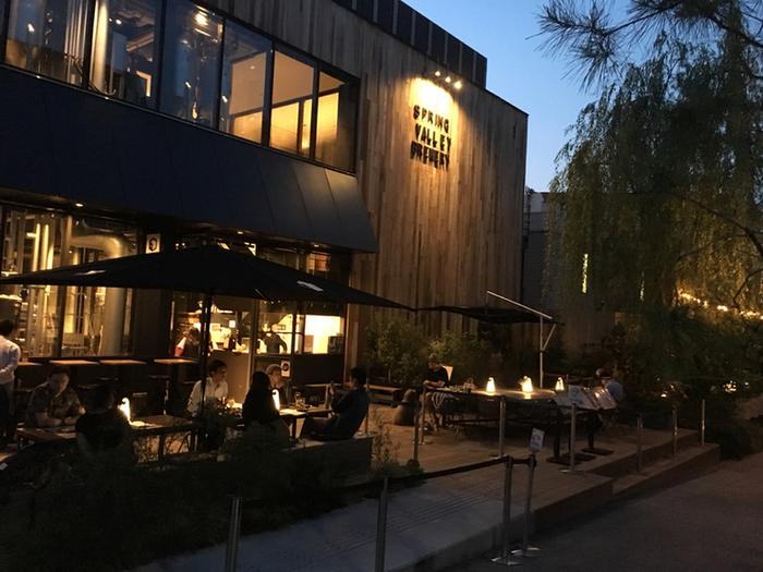 クラフトビールとこだわりのディナーが堪能できる、代官山のおすすめダイニングカフェ「スプリングバレーブルワリー東京」。代官山駅から徒歩約4分の場所にあります。