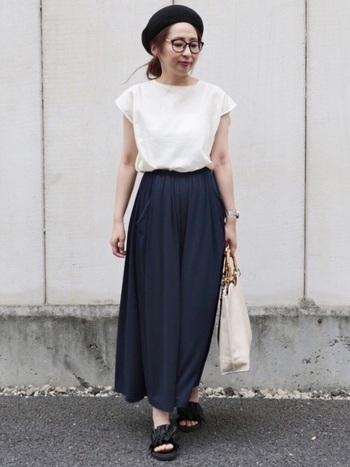 シンプルなリネンブラウスはスカーチョにインして女性らしく着こなすのが素敵。ホワイト×ネイビーの配色は、品良く着こなせるので大人女子におすすめです。