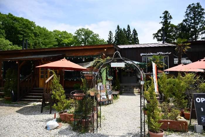 栃木を代表するリゾート地・那須。こちらのお店は那須街道沿いにあるので見つけやすいのも嬉しい。自然をたっぷり感じられるテラス席は、秋風の気持ちいい季節には最高です。