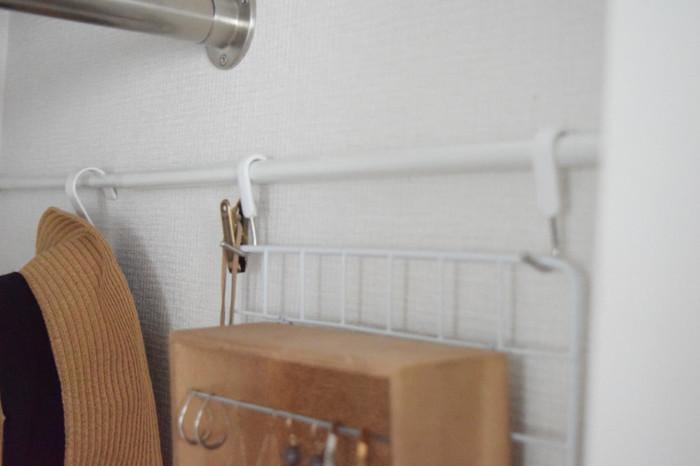 あっという間にクローゼットがいっぱいで入らない…そんな時は壁に突っ張り棒をつけて収納を増やすことができます。帽子や小物など、目に見えるように上手に収納したいですね。