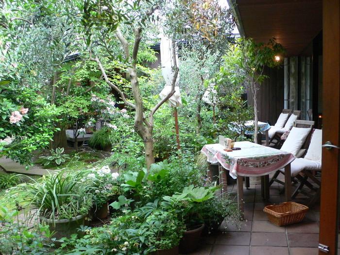 暑い夏が過ぎ去り、外で過ごすことが心地良くなってきました。食事やティータイムも、お天気のいい日はお外で楽しみたくなる季節。どこか懐かしいにおいのする秋風を感じながら、ゆったりカフェで過ごしたい……そんな時におすすめの、テラス席があるおしゃれなカフェをご紹介します。