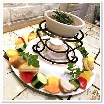 """こちらは「本日の""""大地の恵み""""バーニャカウダアンチョビソース」。盛り付け方がなんとも美しい!その時々の美味しい旬野菜が食べられるのは嬉しいですね。"""