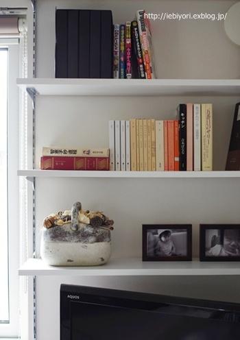 本棚をスッキリ見せるには、高さを揃えましょう。見た目が美しいだけでなく、本を選ぶ時にもスムーズで機能的に◎ 壁の色に合わせた清潔感のあるコーディネートが素敵ですね。