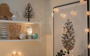 クリスマス等に真似したいアイデアがこちら。複数の照明アイテムを組み合わせることで、狭いスペースがまるでおしゃれなカフェのような空間に。光を反射するキラキラしたボールと温かみのある木のツリーがよく合っていますね。ツリーを飾る空間がないお部屋にもおすすめです。