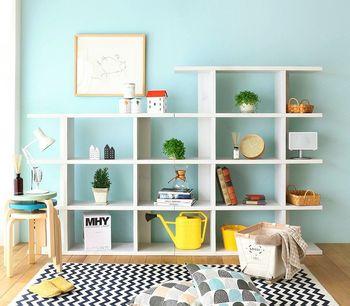 背板のないシェルフは、壁の色もコーディネートの一部にできるのがポイントです。インパクトのある色の雑貨を中心にしてバランスをとると全体にまとまりが出ます。